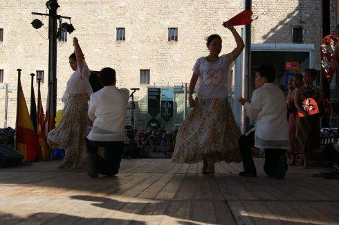 Kahanga-hanga ang pagsayaw ng modern dance, lalo na ng babaeng nasa